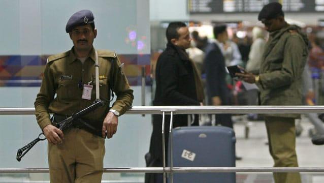Havalimanı polisine 'Daha az gülümseyin' talimatı