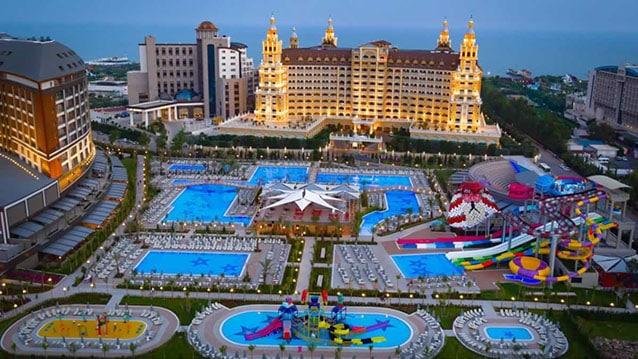 Rusları ısıtmalı havuzlu Antalya otellerine davet etti