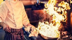 Aşçının yanlış hareketi turistleri yaktı!