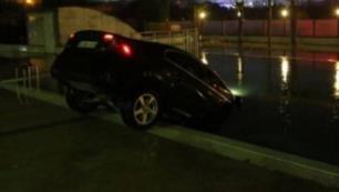 Düğünden ayrılırken otomobiliyle otelin havuzuna düştü!