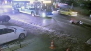 Halk otobüsü turist çifti metrelerce sürükledi