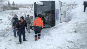 İki tur otobüsü devrildi, çok sayıda turist yaralı!