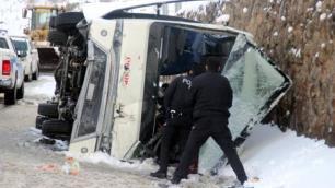 Tur midibüsü devrildi, 25 turist yaralı!