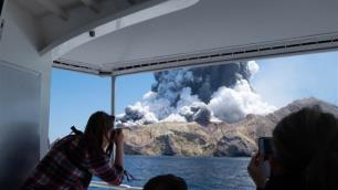 Turistler gezerken yanardağ patladı: 5 ölü, çok sayıda yaralı